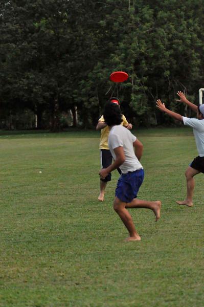 042409Ultimate Frisbee @ EARTH087