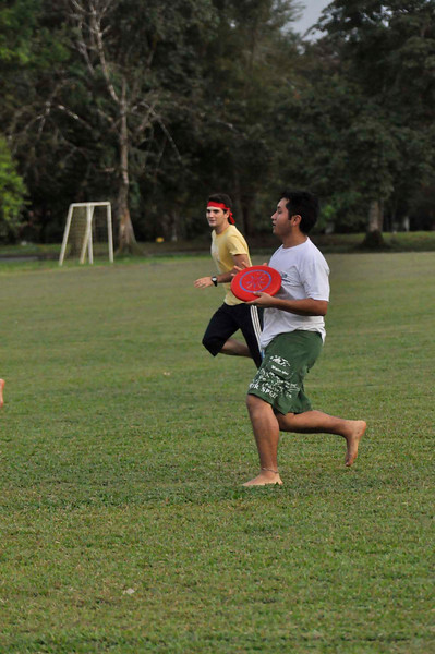 042409Ultimate Frisbee @ EARTH091
