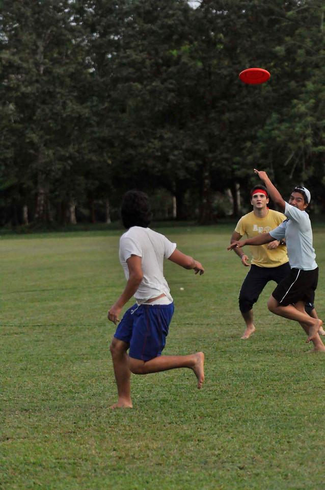 042409Ultimate Frisbee @ EARTH088