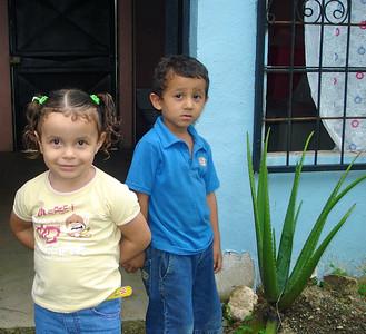 Dos niños  by KK