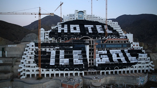 Greenpeace termina de pintar un punto negro de 8.000 m2 en la fachada del hotel de El Algarrobico