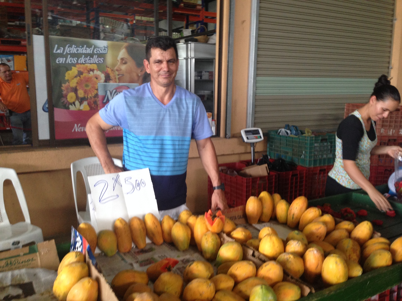 The mui guapo Franklyn sells his Papaya - just 2 for 500/c - that's less than $1!!!