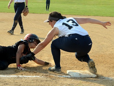 Melanie Wilkinson (13) gets set to tag out Taylor Amazeen (24).