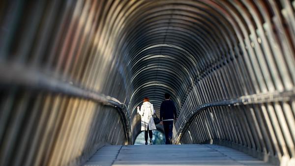 France, Paris (75), Quartier de la Défense, Passerelle de Kupka,  Un couple traverse la passerelle de Kupka // France, Paris, La Défense district, A couple walks across the Kupka bridge