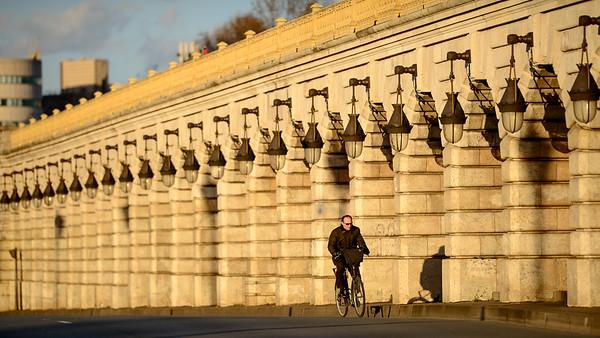 France, Paris (75), Quartier de Bercy, Vélo sur le Pont de Bercy // France, Paris, A man on a bicycle crosses the Seine on the Bercy bridge