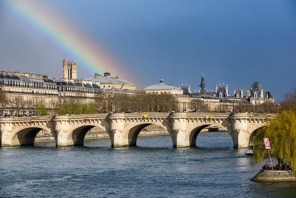 France, Paris (75), Pont Neuf, Arc en ciel sur la Tour Saint-Jacques, le Pont Neuf et Hotel de Ville // France, Paris, Pont Neuf, rainbow of Saint-Jacques tower, the Pont Neuf bridge and Hotel de Ville, Paris' townhall