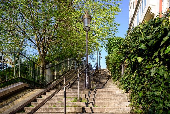 France, Paris (75), Quartier Montmartre, Escaliers menant aux Buttes de Montmartre // France, Paris, Montmartre area, Staircase leading towards the basilica Sacre-Coeur crowning the Montmartre hill