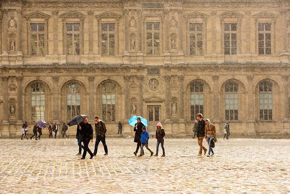 France, Paris (75), Square du Louvre sous la pluie // France, Paris, Louvre square in rainy conditions