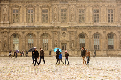France, Paris (75), Square du Louvre sous la pluie // France, Paris, Louvre square in rainy conditions