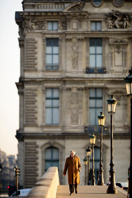 France, Paris (75), Quartier du Louvre, Homme traverse le Pont Royal // France, Paris, Louvre district, Man crosses the Royal bridge