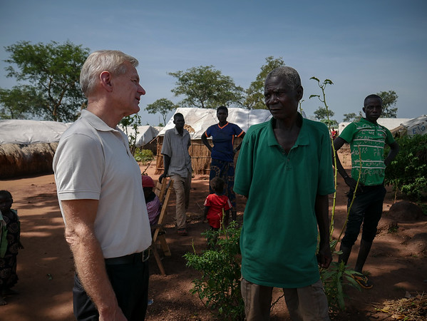 Jan Egeland is exchanging a few words with a displaced man at the Lazare camp in Kaga Bandoro. Nearly 7700 displaced persons live on the site. Credit: Hajer Naili/ NRC