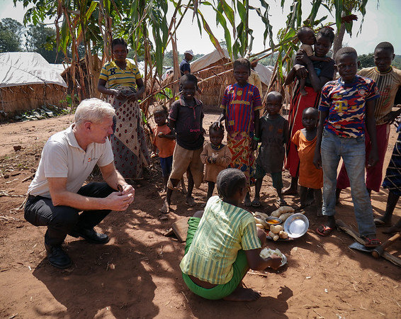Jan Egeland is chatting with displaced children at the Lazare camp in Kaga Bandoro. Nearly 7700 displaced persons live on the site. Credit: Hajer Naili/ NRC