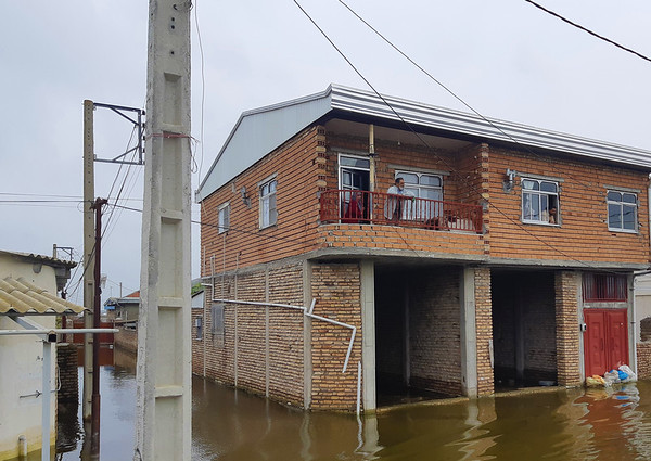 Golestan Province was one of the first provinces impacted by the recent floods in Iran.  Water levels remain high in places such as Gomishan with families resorting to vacating their homes or moving to higher floors.  Photo: Hamidreza Fakhar/NRC