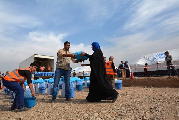 Aid distribution to new arrivals in Hasansham camp