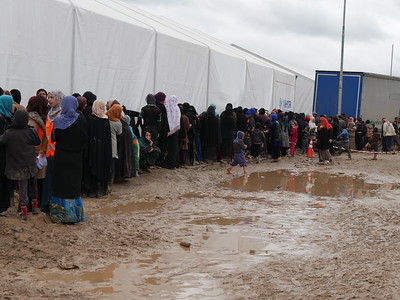 Women queue for food and water distributed by the Norwegian Refugee Council in the reception centre of the Hamam Al-Alil camp.  Date:16 March 2017 Photo: Sarhang Sherwany/NRC