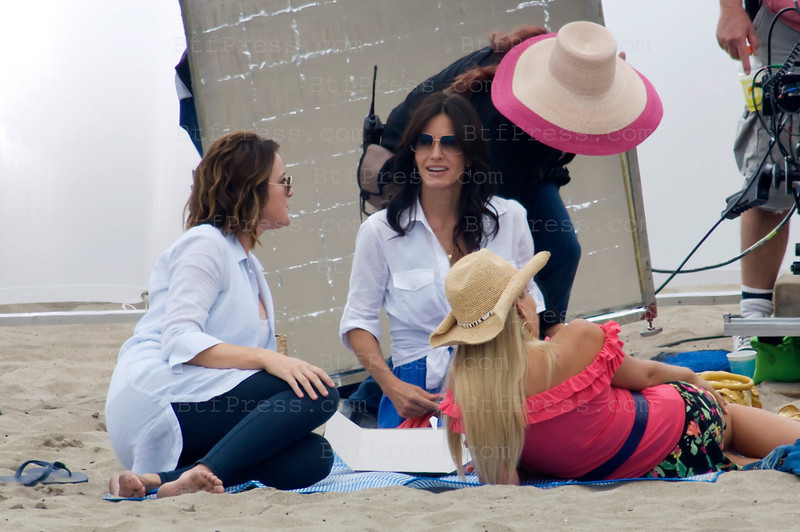 "Courtney Cox and Busy Philipps during the set of the TV series ""Cougar Town"" on the beach of Playa Del Rey in California."