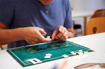 Frau schneidet Buchstaben aus