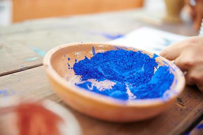 Blaue Farbe in einer Tonschüssel