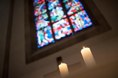 Kerzen vor Kirchenfenster