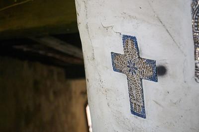 Blaues Kreuz an einer grauen Wand