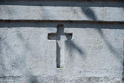 Kreuz an Hauswand