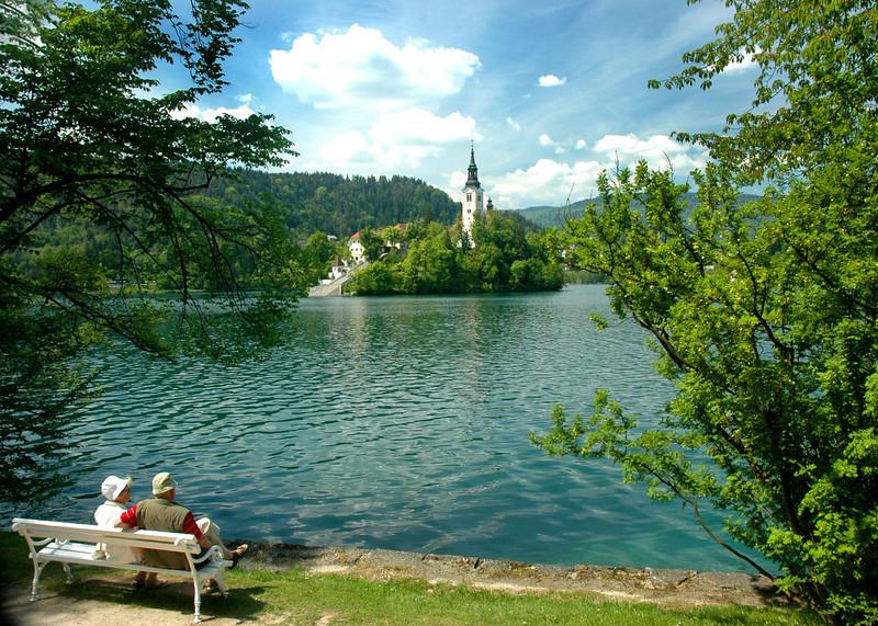 016-Slovenia-Lk Bleb-couple on bench-DSC_3442