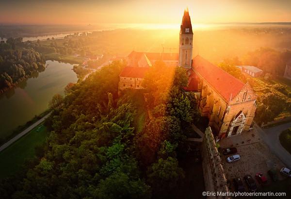 CROATIE. SLAVONIE. VILLE D ILOK. L'église Saint-Jean-de-Capistran surplombant le Danube