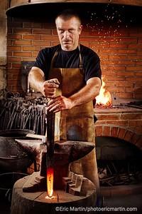 CROATIE. SLAVONIE. VILLE DE  DAKOVO FRANJO VINKOVIĆ, le dernier maître-forgeron. Il forge ici une épée de cérémonie de l association des templiers.