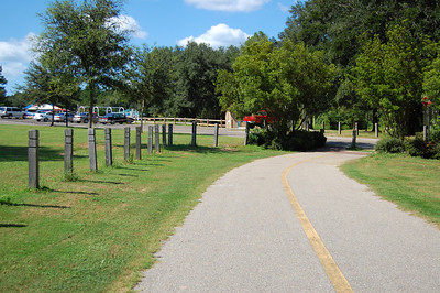 750m PRE-2008 ONLY: Runners veered left between the posts and then run ~350m up the entrance road. FOR THE 2008 RACE: Stay on the paved trail until you cross onto the road. Then go left up the road as in years past. There's now a fence blocking exit through the posts. This long-cut revision shortens the finish line (and succeeding photos) by a few meters.