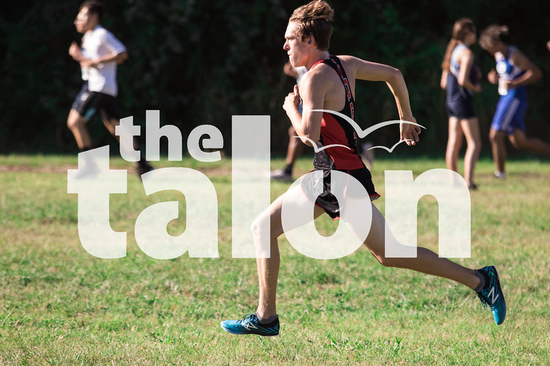 The cross country competes at a cx meet at Chisenhall Fields Sports Complex in Burleson, Texas, on August, 31, 2018. (Lauren Kraus / The Talon News)