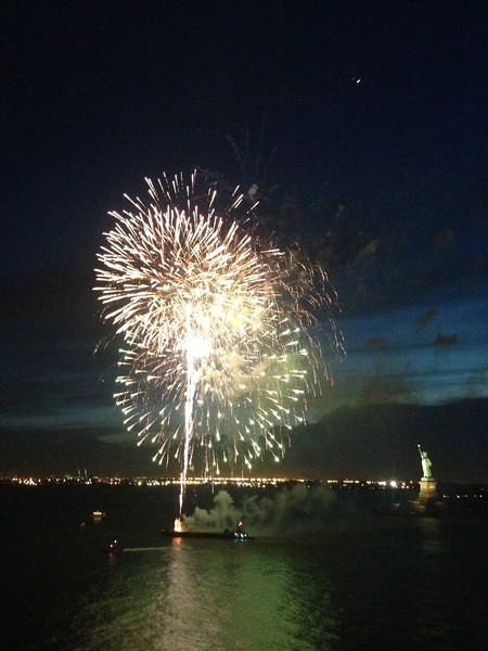 """Fireworks in front of the """"Statue of Liberty"""" on a gorgeous New York night... very nice! :-)"""