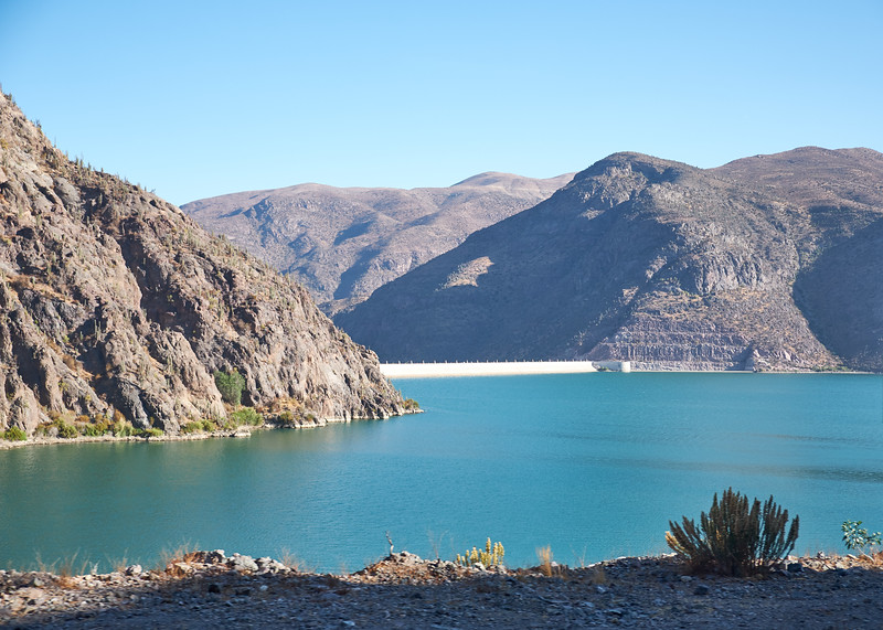 The Pulcaro Dam on the Elqui River has created this beautiful artificial lake. The purpose was to improve the irrigation of farmland in the Elqui Valley. Regular, strong winds make the lake a popular location for wind sports.