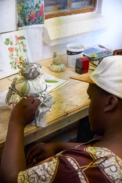 Fee Halsed-Berning saw artistic talent in Bonakele Bonnie Ntshalintshali, a young polio victim. Fee provided technical expertise as the teacher and Bonnie became the admired student artist.