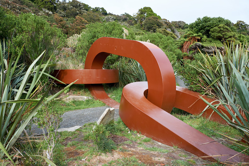 The chain sculpture symbolizes the anchor chain of the demigod Maui who, by tradition, fished up Te Wai Pounamu (the South Island) and anchored it with Rakiura (Stewart Island).