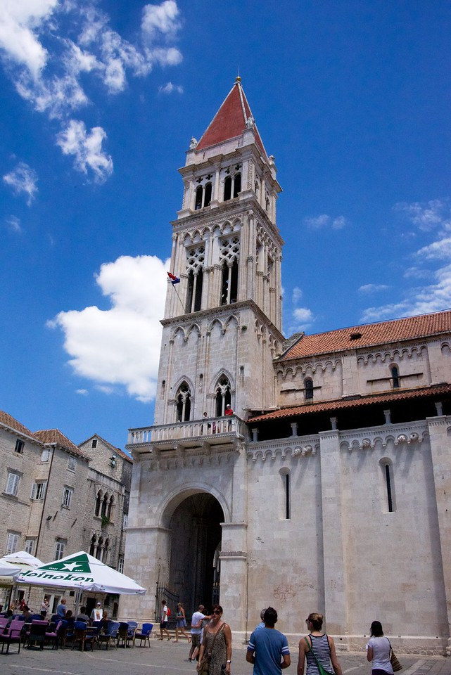 St. LovroCathedral is one of the oldest example of construction of interior arcades in Dalmatia.
