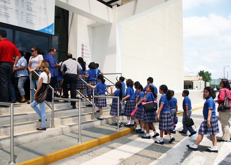 A field trip to the Mira Flores Locks by school children