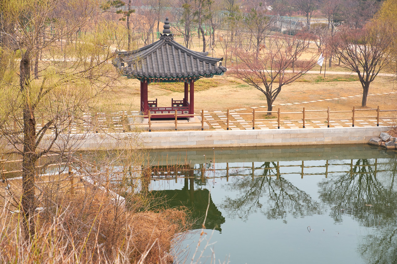 Signs of spring make it easy to see how beautiful the Korean Traditional Park on Wolmido Island will be.