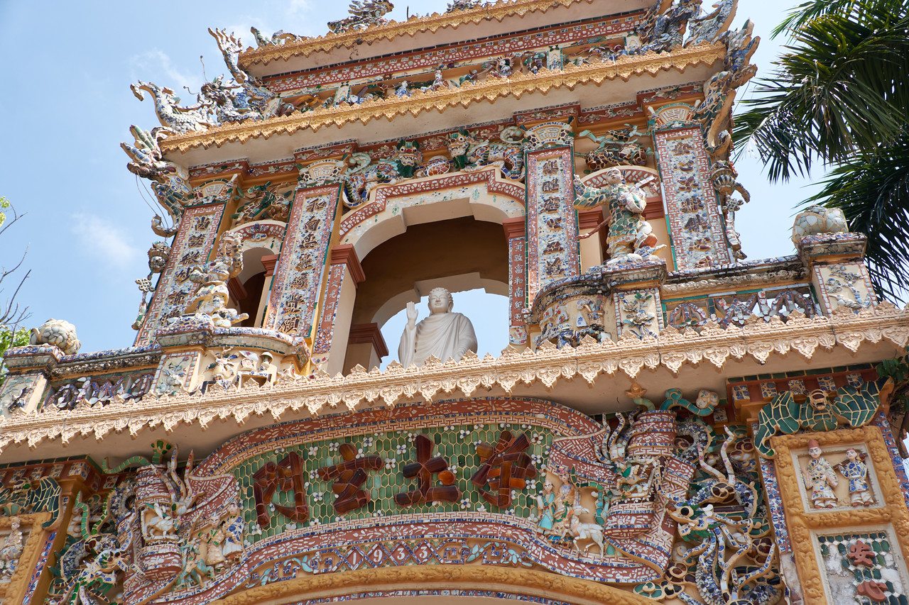 Main temple gate built in 1933 by craftsmen recurited from Hue.