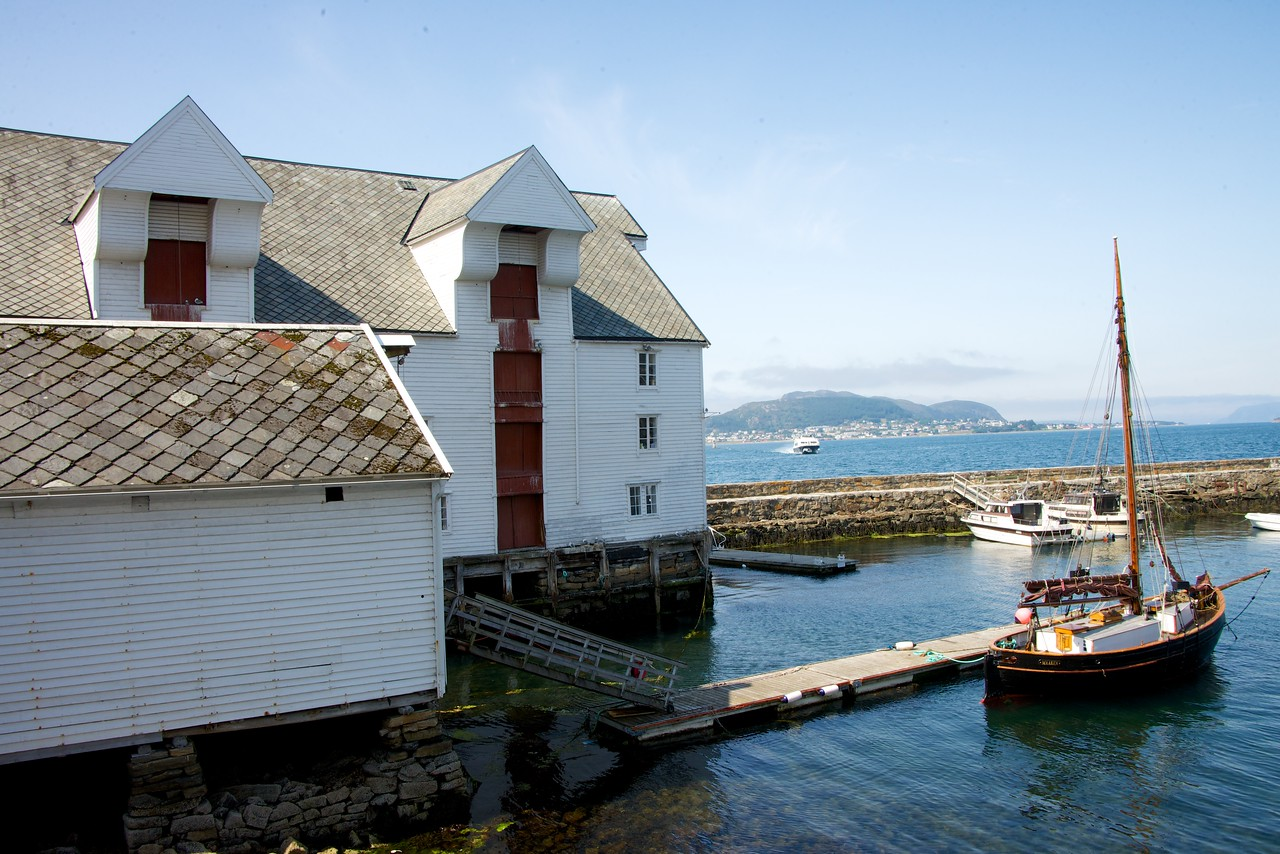 This is the back of The Fishery Museum located in this seahouse by the mole at the entrance to the old harbor. This seahouse has been used for fish processing and the production of medicinal cod liver oil.