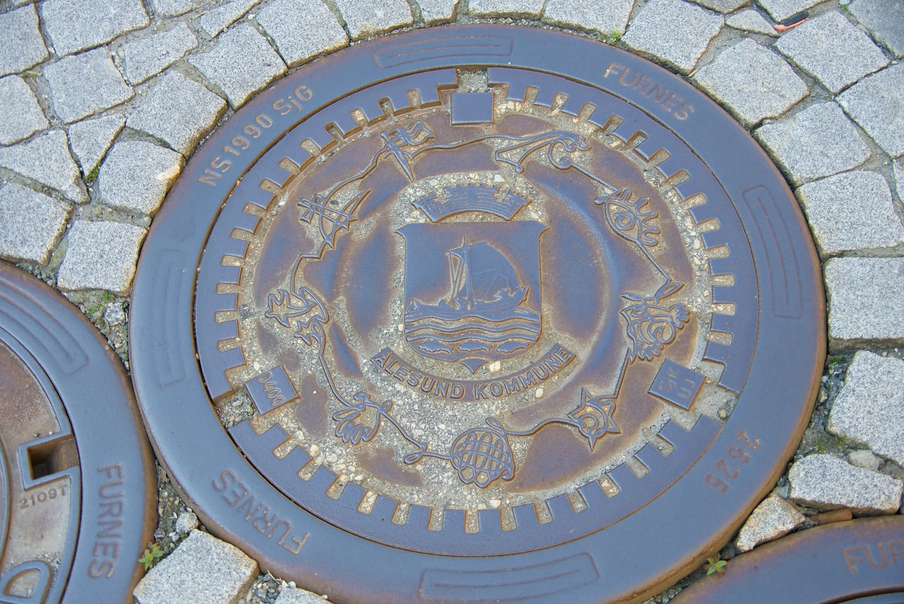 This sewer cover depicts the city crest