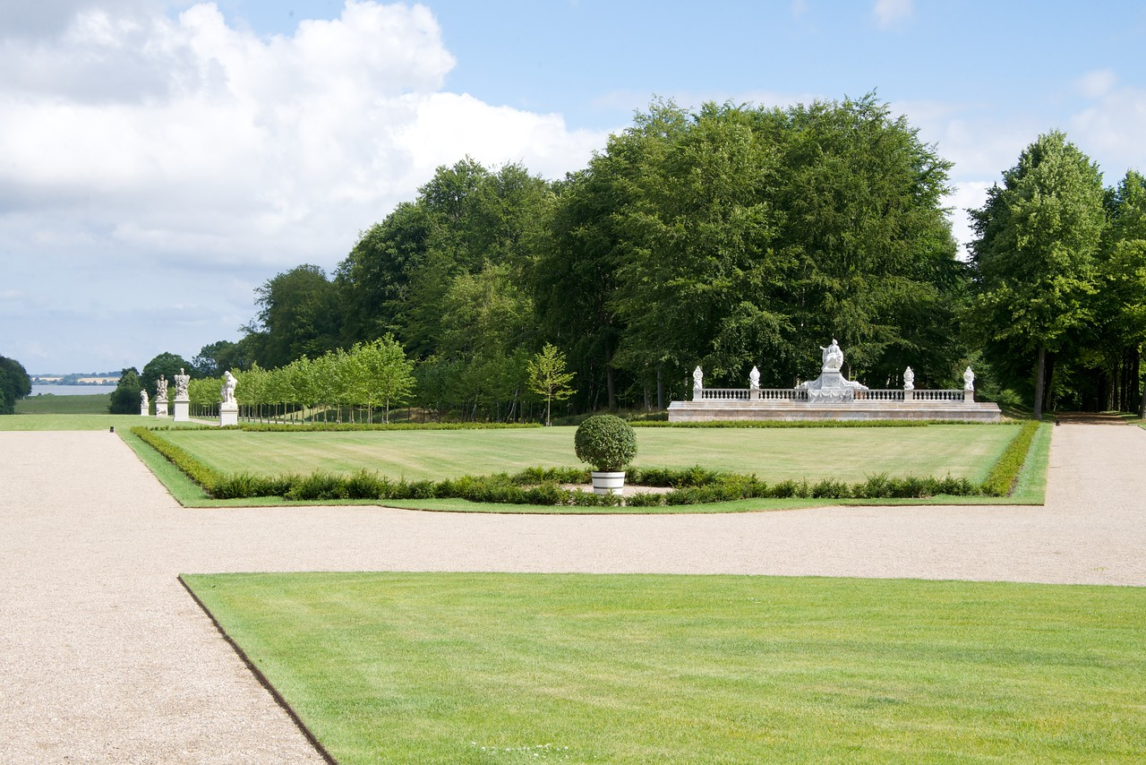 The long, straight avenues which extend from the castle in a star-shaped pattern were recreated in the 1970s to 1990s