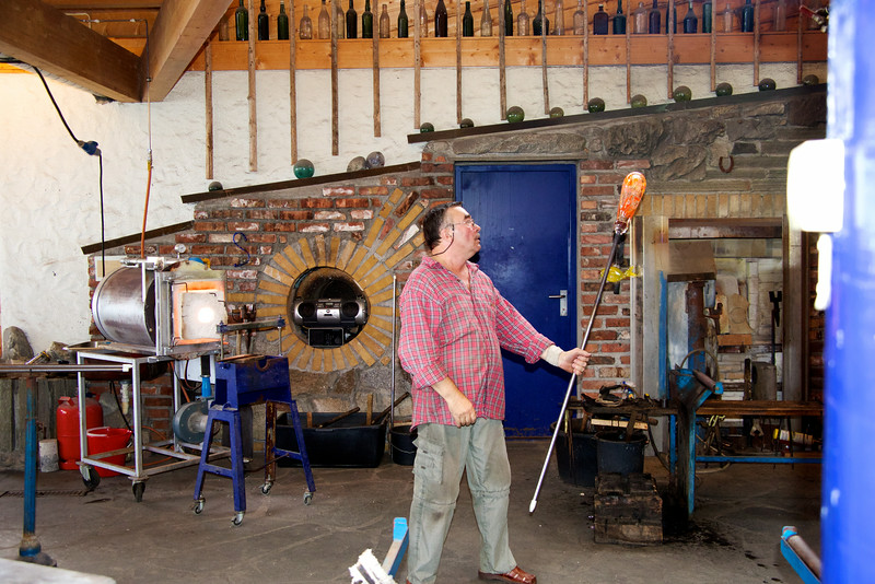 Swinging the rod to elongate the shape of the glass    making a vase