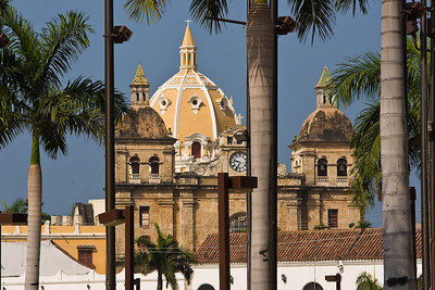 A glimpse of the towers and dome of Iglesia de San Pedro Claver from outside the walls.