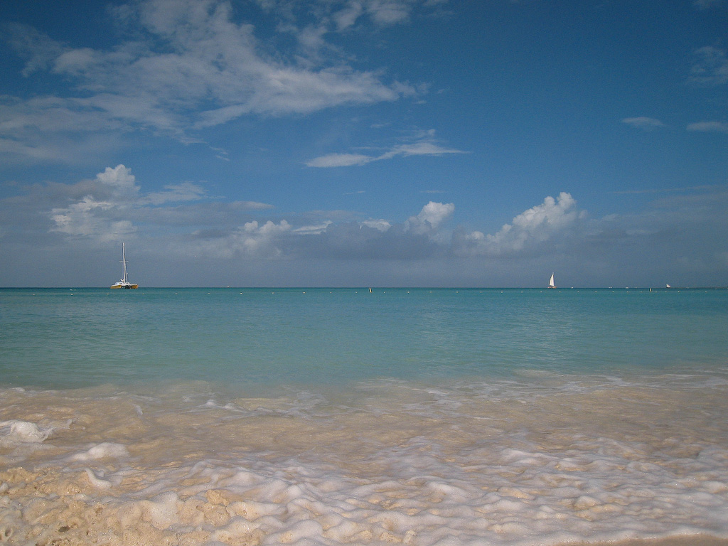 Palm Beach, Aruba:<br /> The sun is out.  Beautiful colors!