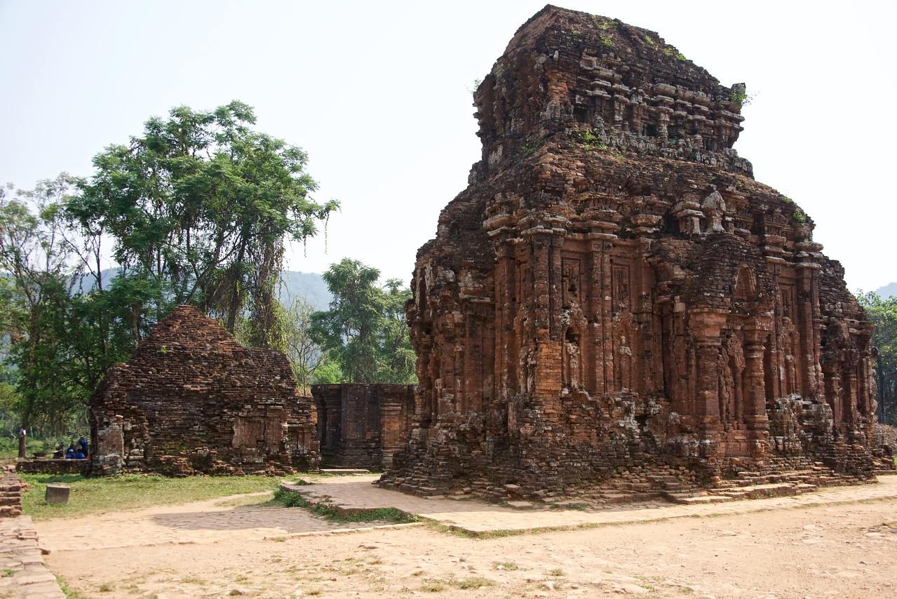 Each complex had a number of monuments which could be a major temple and satellite temples separated with surrounding areas by enclosing wall. Major temple used to have the only door opened to the East or West.