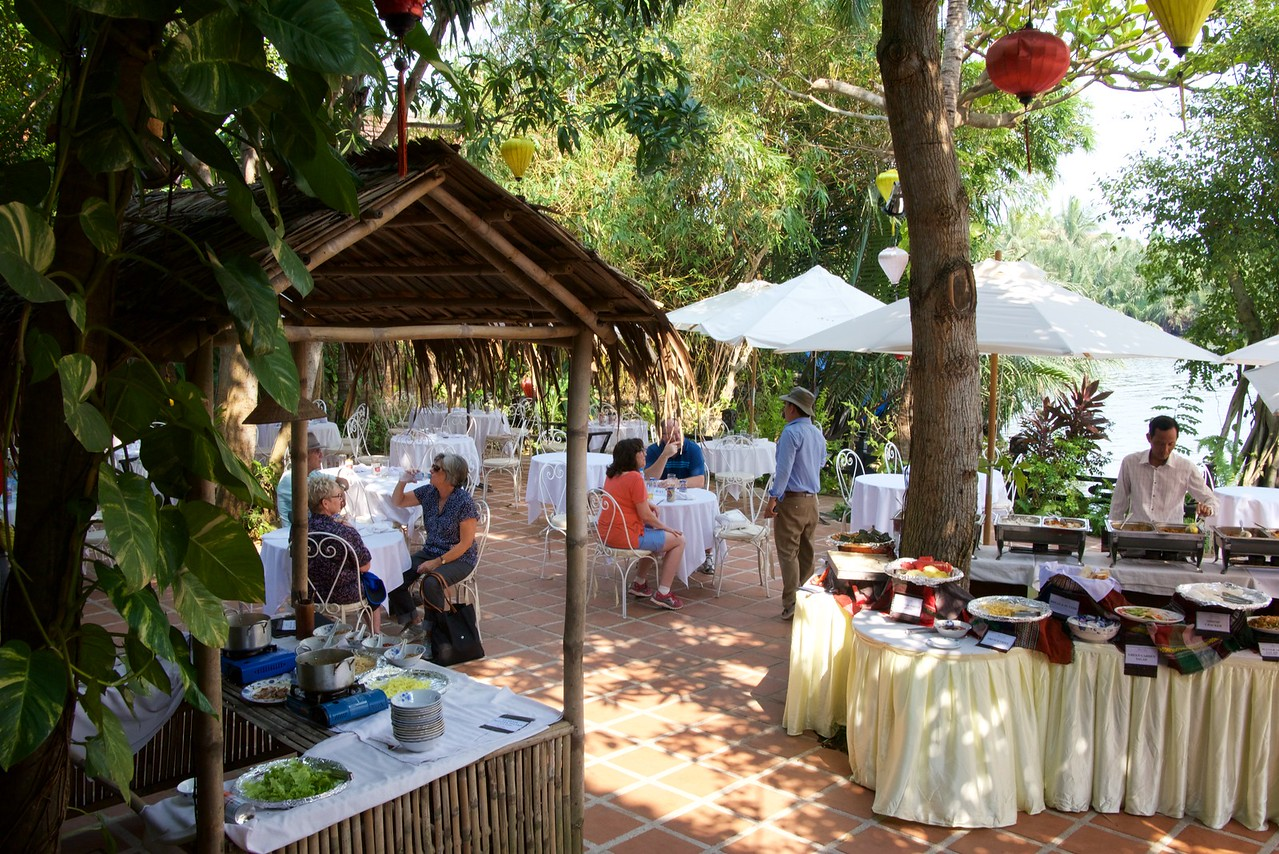 Vietnamese dishes are combined with Hoi An specialties.