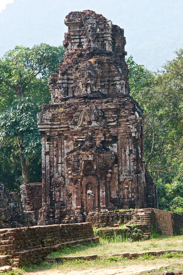 Each group of monutments had a typical structure with major temple in the center.