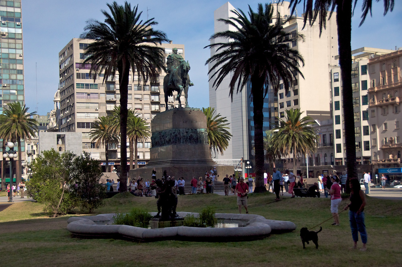 Monteveido Town Square   2011-01-1908-45-35