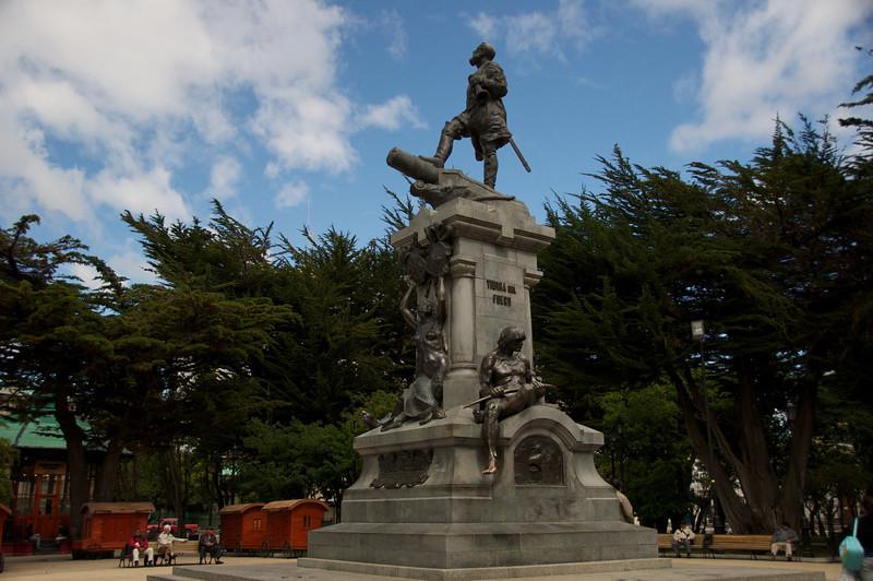 Monument to Magellan in Square2011-01-1211-53-38