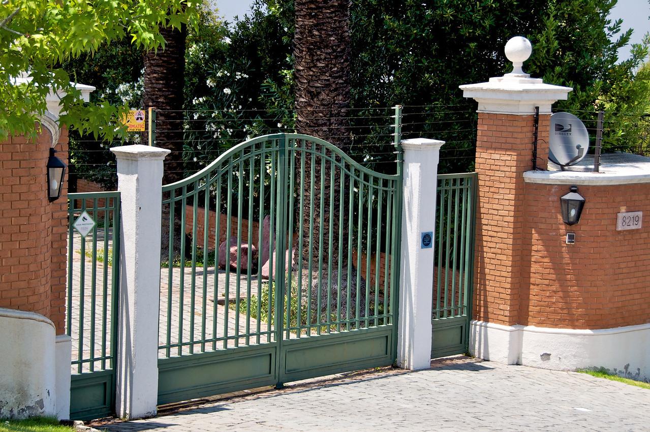 Typical Home Gate on Comeno del Condor2011-01-0223-56-16